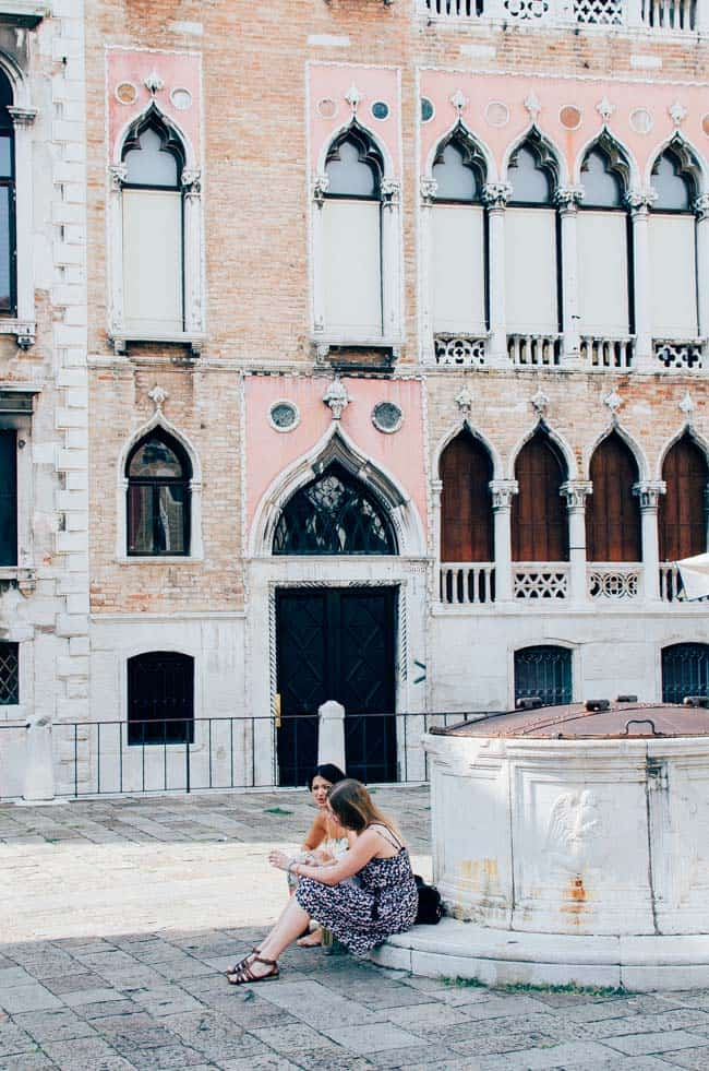 Day trip to Venice: tourists taking a break| veryEATalian